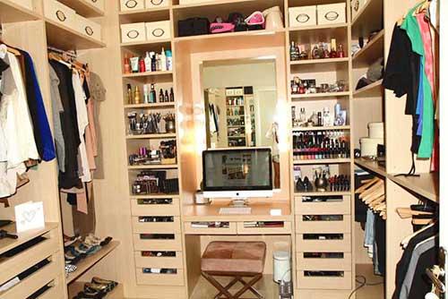 Универсальное место в квартире гардеробная.